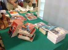 Estão disponíveis materiais informativos gratuitos e livros sobre a temática do tráfico de pessoas estão à venda.